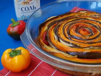 Готово! Второе яйцо взбить со сливками, добавить чёрный перец. Смесь вылить в соусник или заварочный чайник и аккуратно залить запеканку между овощными слоями. Запекать 30 минут при 200 градусах,и ещё 15 минут при 180.Запеканку следует немного остудить и затем нарезать острым ножом.Приятного аппетита!