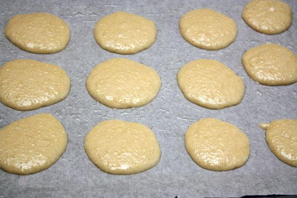 Тесто выкладываем на противень, покрытый промасленной бумагой для выпечки и печем в разогретой до 170 градусов духовке в течение 20-30 минут.<br>Остывшее печенье снимаем с бумаги и посыпаем сахарной пудрой с корицей.