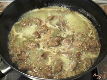 Посолить и потушить вместе с молоком на растительном масле, пока молоко не выпарится на 2/3.