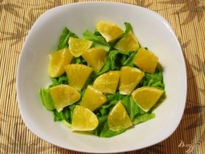 Апельсин (1шт.) очистить и разобрать на дольки. Тоже выложить в салатник.