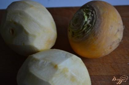 Желтую репу почистить от кожуры и нарезать крупно.Картофель так же почистить и нарезать.
