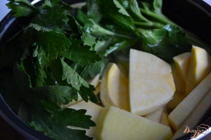 Овощи уложить в кастрюлю, наполнить водой и добавить стебель сельдерея. Немного посолить. Отварить в течении 10 минут . Затем воду слить, сельдерей выбросить.