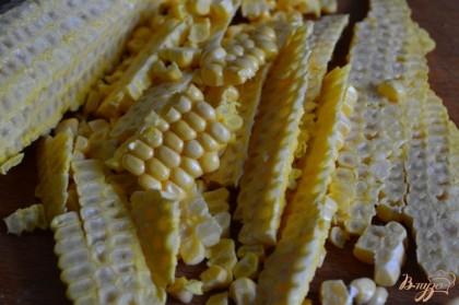 С початков кукурузы срезать зерна.