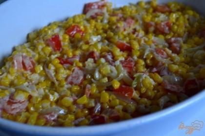 Овощи уложить первым слоем в форму для запекания.