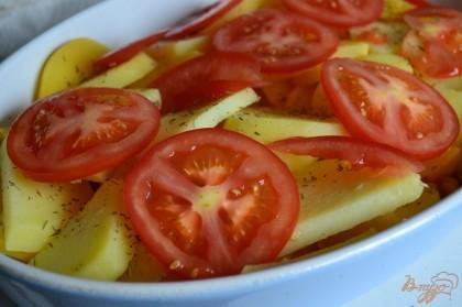 Затем слой репы с картофелем, разложить кружочки помидора.
