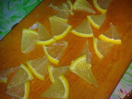 Лимон помыть и нарезать ломтиками.