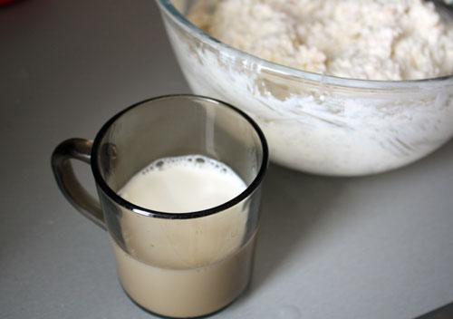 Влить молоко.