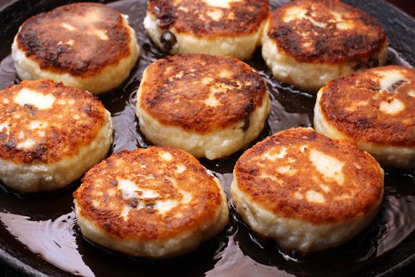 Жарьте сырники с обеих сторон на небольшом огне до золотисто-коричневого цвета.