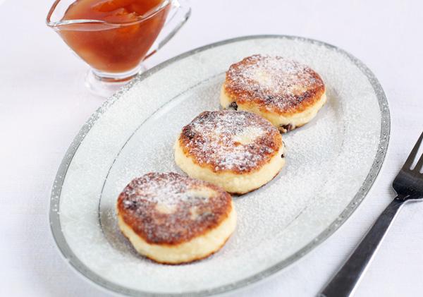 Подавайте со сметаной, вареньем или просто слегка присыпьте сахарной пудрой.