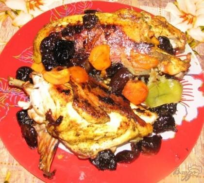 Готово! Время приготовления составляет 45 - 50 минут. Как только вы достали курицу из духовки - разрезаем рукав и перекладываем готовое изделие в емкость для хранения либо на праздничное блюдо.Приятного аппетита!!!!