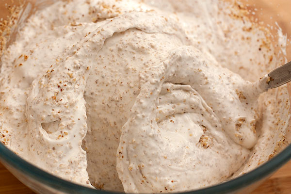 Когда орехи равномерно распределятся во взбитых белках, тесто готово.