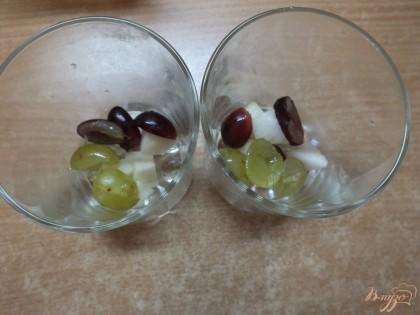 Раскладываем фрукты по стаканам.