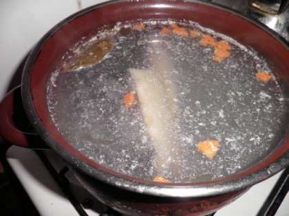 Отварить рыбу с кожей в 2.5 литрах воды
