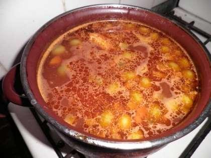 Добавить к бульону с рыбой обжаренные овощи с томатной пастой, картофелем и оливками