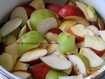 Яблоки и груши нарезать кусочками,