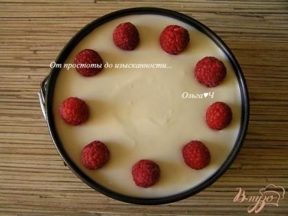 Разровнять, затем по кругу выложить малину, слегка вдавливая в творожную массу. Убрать в холодильник на 2-3 часа.