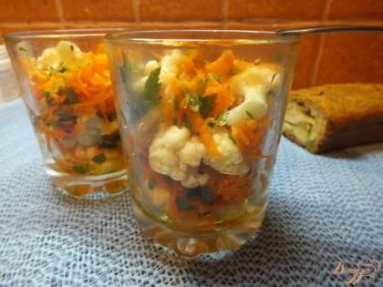 Готово! Выкладываем салат в глубокие порционный стаканы. Подаем охлажденным. Кушайте на здоровье!=)