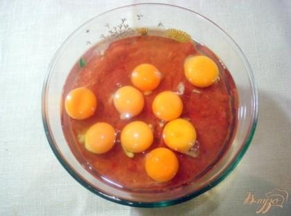 К перемолотой печёночной массе добавить яйца, слегка взбить ви
