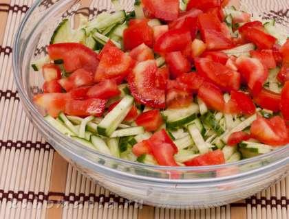 Все овощи сложить в салатник, посолить, поперчить и перемешать.