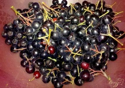 Снимите ягоды с веточек и залейте холодной водой. Оставьте на 20 минут.
