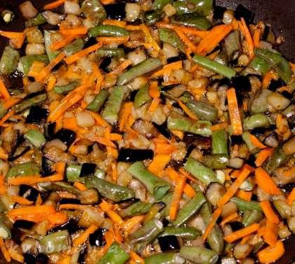 Выложить нарезанную морковь - жарить 3 минуты.