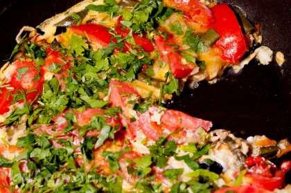 Готовую яичницу посыпать нарезанной зеленью. Подавать в горячем виде.