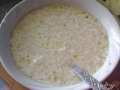 Готовим заливку: к бульону добавляем сметану, соль и перец.