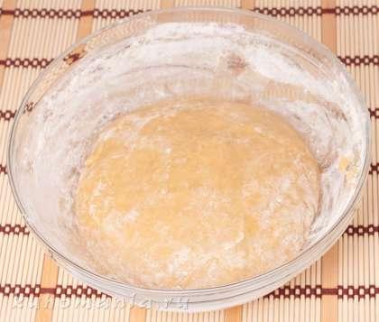 Убрать с огня. Всыпать муку, замесить тесто. Полученное однородное крутое тесто убрать в теплое место на 1 час.