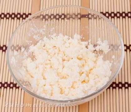 Сыр фета размять вилкой