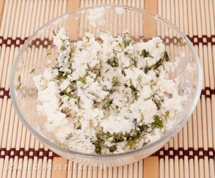 Нарезанную зелень смешать с сыром