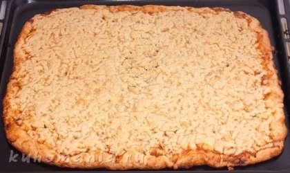 Выпекать при температуре 200 градусов примерно 40 минут, до румяного оттенка. Остывшее печенье порезать на квадратики.