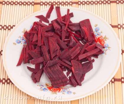 Пока варится бульон, нужно подготовить овощи. Свеклу очистить, нарезать соломкой.