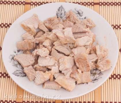 Мясо вытащить из бульона, остудить и порезать на кусочки.