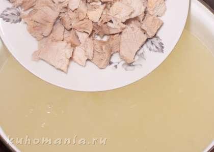 В бульон выложить порезанное мясо, довести до кипения.