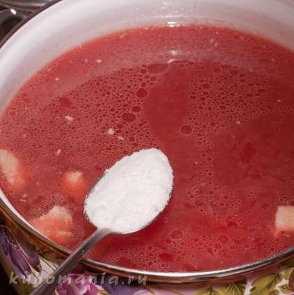 Посолить, примерно столовая ложка соли. Варить до готовности картофеля 15-20 минут.