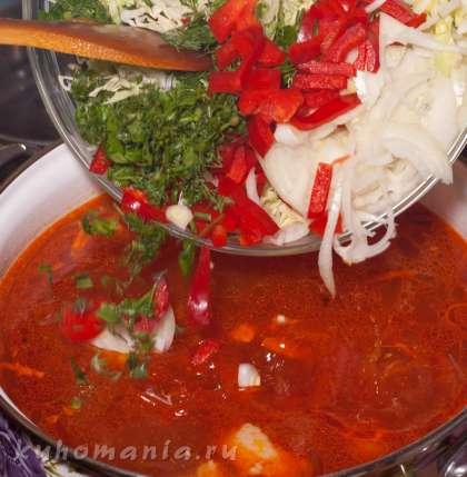 Затем в борщ выложить капусту, лук, перец и зелень.