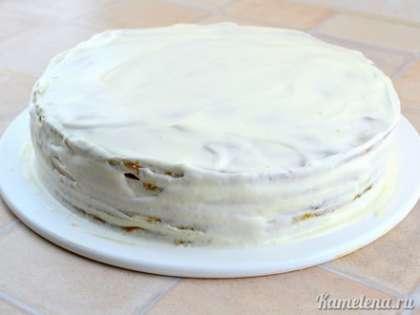 Также обмазать кремом бока торта.