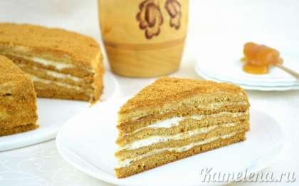 Торт медовик получается очень мягкий, буквально тает во рту, к нему даже чай не нужен.