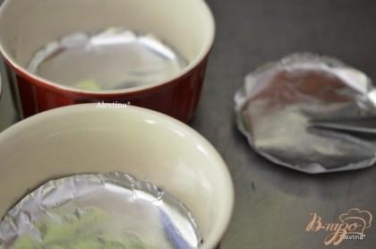 Разогреть духовку на 180 гр. Приготовим формочки индивидуальные, у меня 3 шт, диаметр 10 см. Смажем маслом густо и выложим на дно бумагу для выпечки.