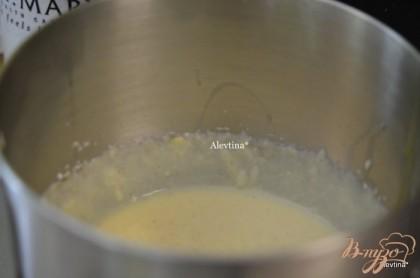 Смешать рикотту с сахаром. Добавлять по одному яйцу,перемешивать,затем манную крупу, ванильный экстракт.