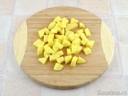 Картофель почистить, порезать небольшими кубиками.