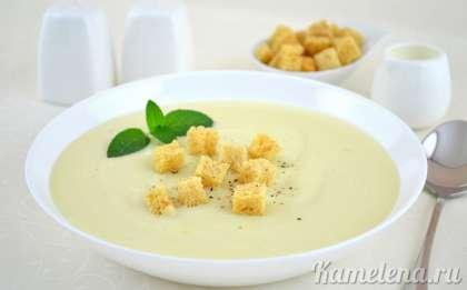 Налить суп-пюре в  тарелку. По желанию, можно добавить что-нибудь на выбор: пшеничные сухарики, кусочки отварной курятины, порезанное вареное яйцо, обжаренный бекон и многое другое.