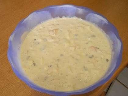 Фрукты и изюм добавить в тесто, хорошо перемешать