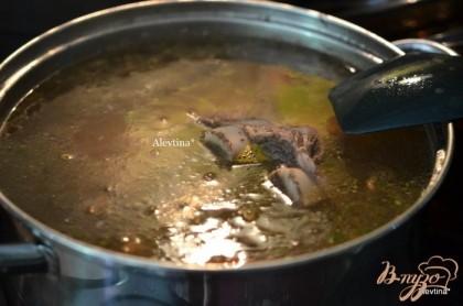 Приготовим мясной бульон отварим говядину с костями до полной готовности. Примерно 1 час. Добавим овощную заправку.
