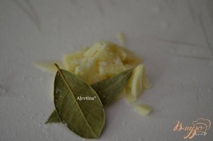 Приготовить чеснок с солью и лавровый лист. Положить в щи перед подачей.
