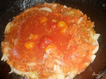 После этого добавляем в сковороду с луком и морковью томатный сок (или разведенную водой томатную пасту). Даем закипеть и несколько минут тушим лук и морковь с томатным соусом.