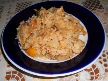 Готово! На этом наша капуста, тушенная с рисом, готова. Раскладываем по порционным тарелкам и подаем в горячем виде. По вкусу это блюдо отдаленно напоминает ленивые голубцы, очень сытное и подходит для поста. Приятного аппетита!