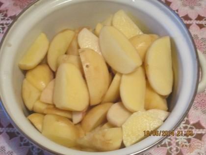 Молодую картошку нужно почистить, по мить, порезать на 4 части. Залить картошку в кастрюле водой, посолить и поставить на средний огонь.Варить нужно 10-15мин, периодически проверяйте на готовность.