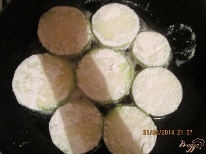 Кабачечки постояли, соли немножко впитали теперь нужно каждую сторону кабачка обваливать в муке и выложить на разогретую сковородку с растительным маслом. Поджарить до золотистого цвета.Итак сделать со все кружочками