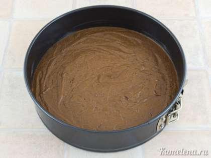 """Форму хорошо смазать маслом (лучше использовать разъемную форму, у меня форма диаметром 22 см). Вылить тесто, разровнять, поставить в разогретую до 180 градусов духовку. Выпекать примерно 30 минут или до """"сухой спички""""."""